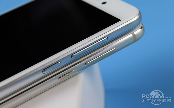 1、SIM卡型 荣耀8青春版采用Nano-SIM卡+Nano-SIM卡,也就是双SIM卡都是采用了最小尺寸的迷你卡,采用了与iPhone一样的SIM卡型设计。 在为荣耀8装卡的时候,需要提前准备好Nano SIM卡,如果手中只有标准的SIM大卡或者Micro SIM小卡的话,则都需要剪卡或前往就近营业厅更换Nano SIM卡(需带身份证办理)。
